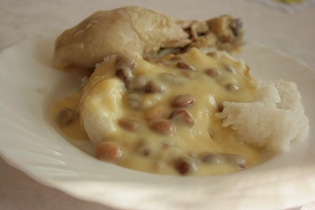 Kura, biały sos i ryż. Fot. Magda Stefańska