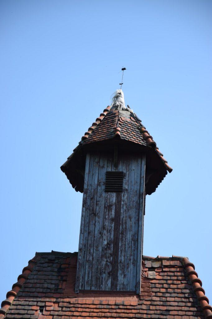 ...i zabytkowa jest drewniana wieżyczka, która wygląda jakby zaraz miała sie przewrócić.wieżyczka,