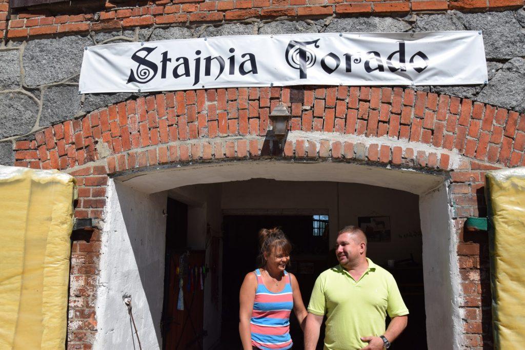 Beata i Marcin przed wejściem do swojej stajni