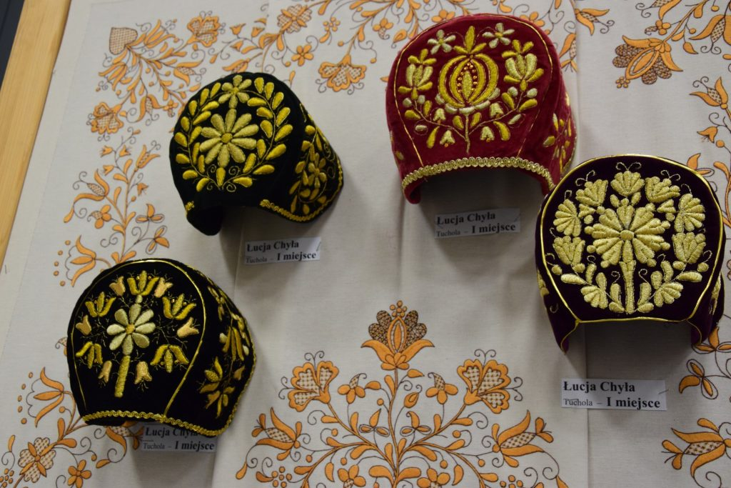 Haft kaszubski - szkoła żukowska, ale to haft czepcowy - odrębny rodzaj. Dawniej na takie czepce mogły sobie pozwolić tylko najzamożniejsze gburki albo szlachcianki