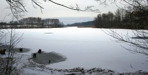 Jezioro Jeleń, źródło: commons.wikimedia.org