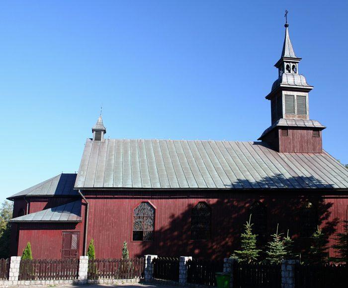 Karsin. Kościół drewniany z początku XX wieku z barokowym ołtarzem
