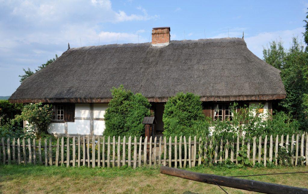 Fot.: Nadole, Chata w skansenie, źródło: Wikipedia, autor: Paweł 'pbm' Szubert