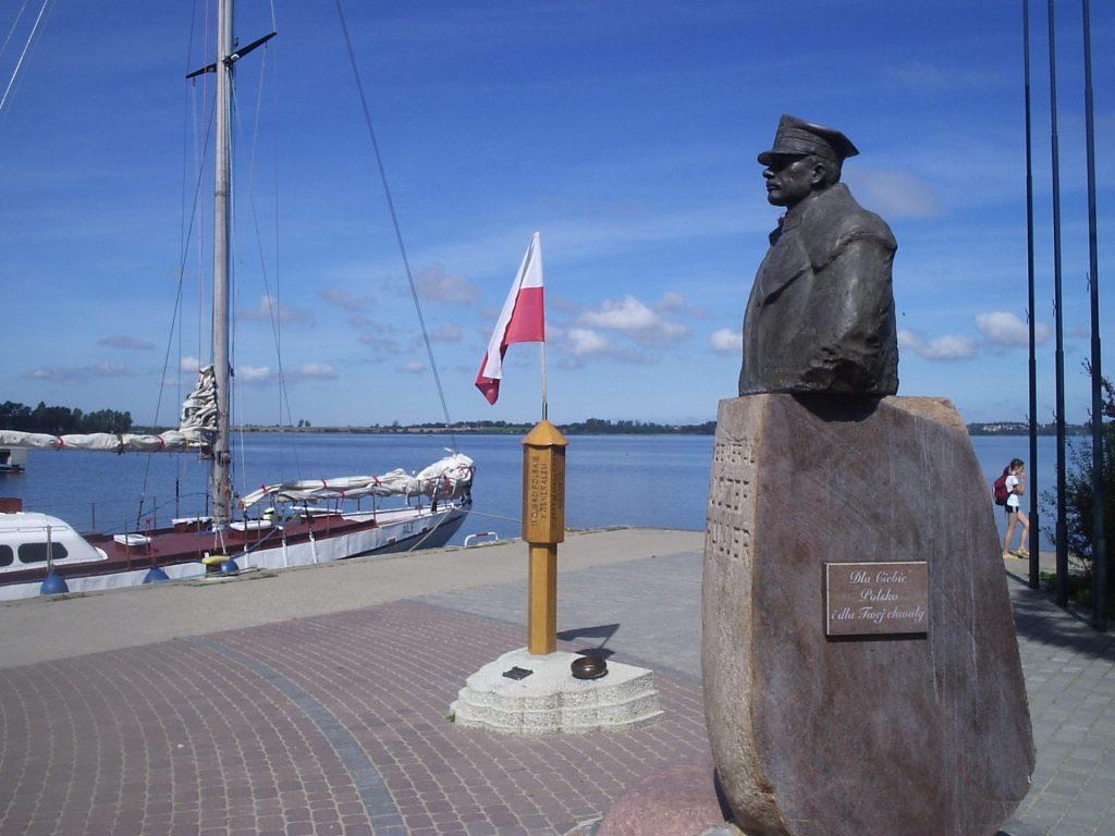 """Fot.: Puck, Pomnik """"Zaślubiny Polski z morzem"""", źródło: Wikipedia, autor: Jan Jerszyński"""
