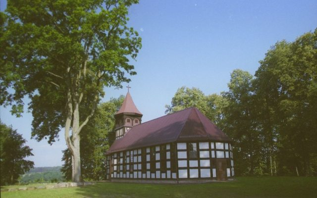Trzcinno. Pałac z XIX wieku i kościół szachulcowy z XVII wieku.
