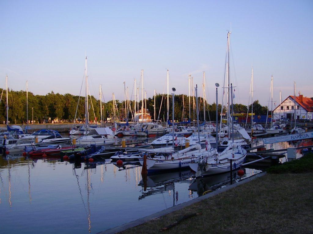 Fot.: Łeba, Port jachtowy, źródło: Wikipedia, autor: Maciej Barnaś