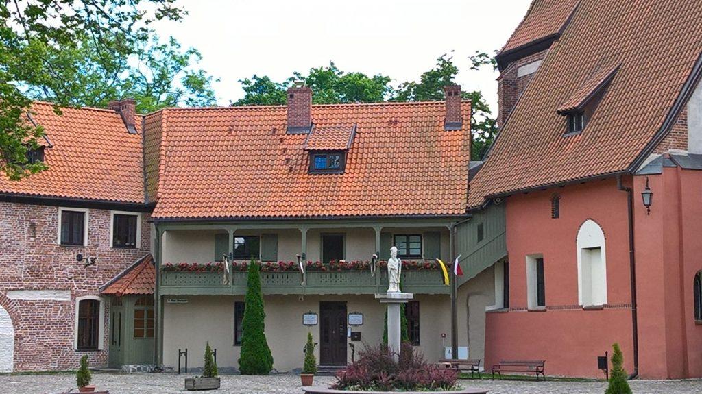 Żukowo. Zespół poklasztorny sióstr norbertanek. Muzeum parafialne i wystawa haftu kaszubskiego
