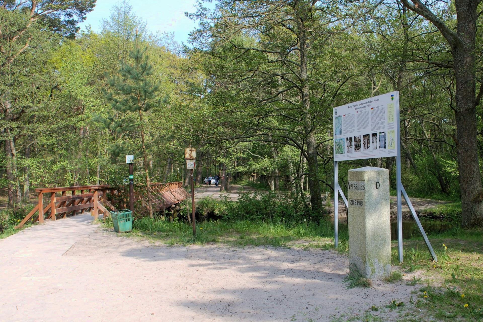 Fot.: Dębki, Słup graniczny, źródło: Wikipedia, autor: Henryk Bielamowicz