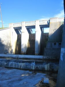 Jaz upustowy, elektrownia wodna Krzynia Źródło: Wikipedia.org Autor: Torrosbak