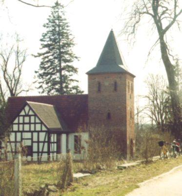 Charnowo, Kościół pw. Znalezienia Krzyża, świątynia z XV wieku o konstrukcji szachulcowo – murowanej