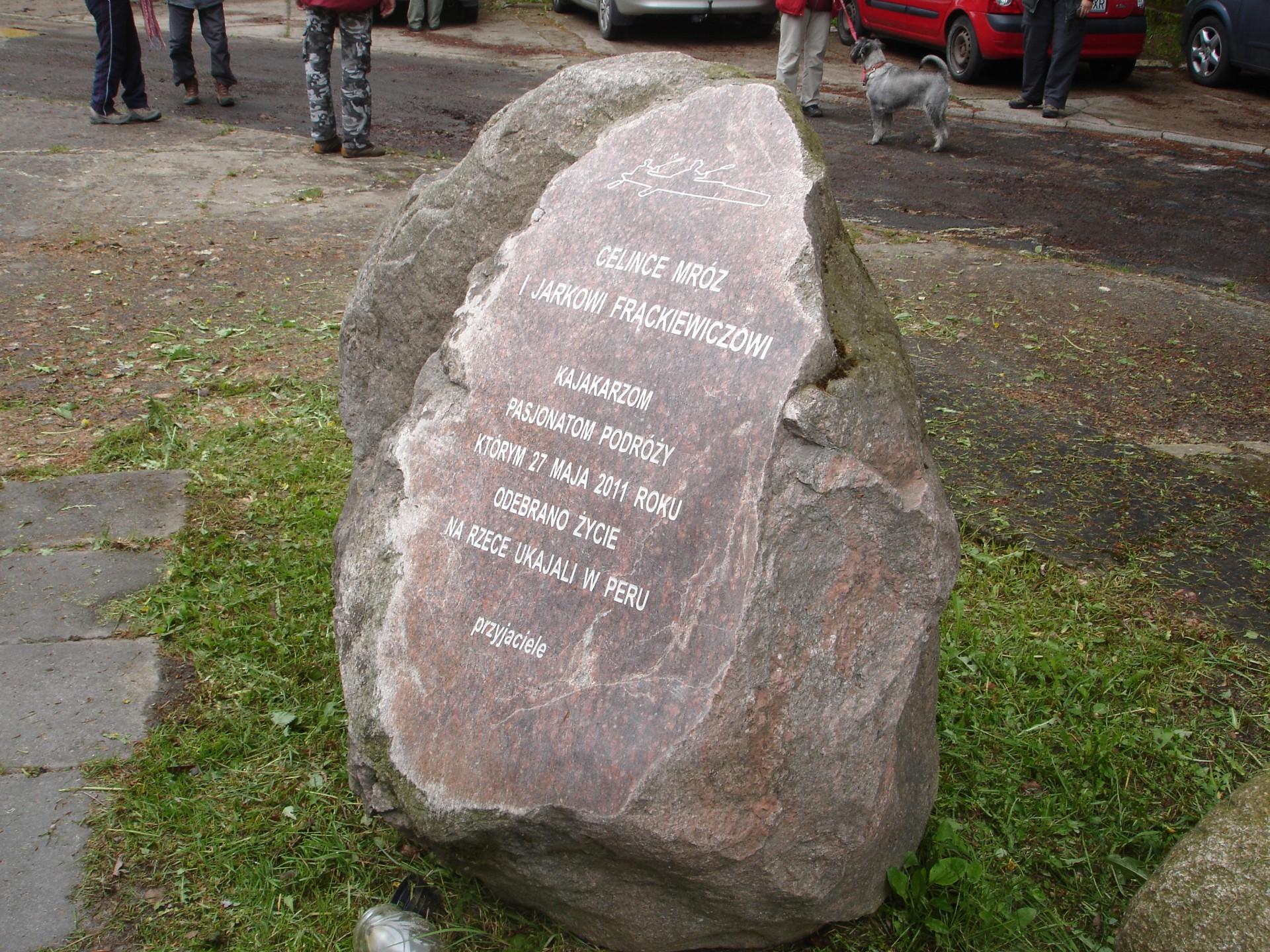 Kolano, kamień upamiętniający kajakarzy Celinę Mróz i Jarka Frąckiewicza Autor: Lucyna Szomburg