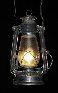 Fot.: Dawna lampa naftowa, źródło: Wikipedia, autor: Anton Croos