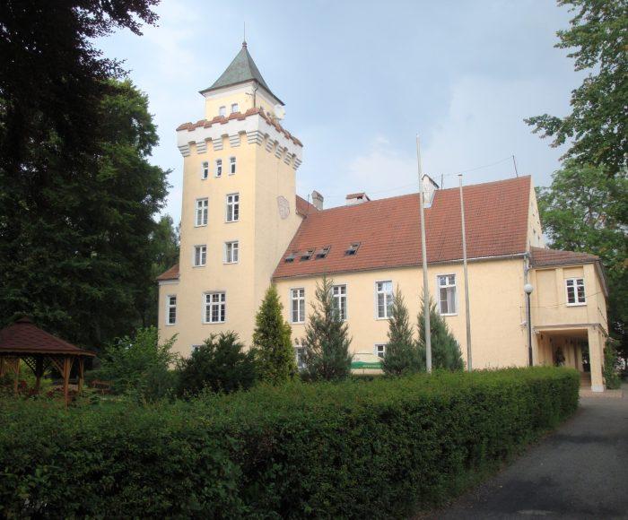 Nowęcin, Pałac i stadnina koni. Dawny zamek Wejherów nad jeziorem Sarbsko
