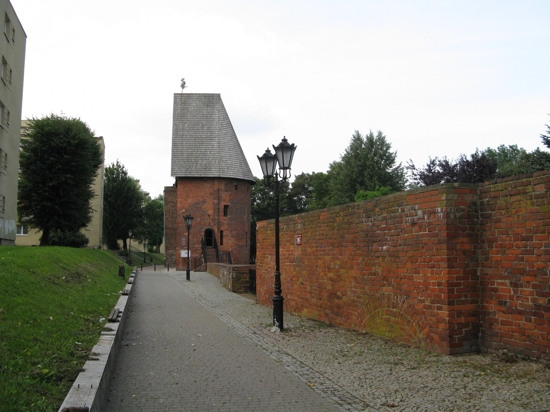 Słupsk. Mury obronne z Basztą Czarownic Źródło: Wikipedia.org Autor: Magda Felis
