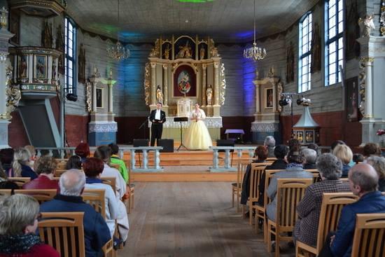 Sierakowice. Drewniany, zabytkowy kościół, najstarszy obiekt w gminie