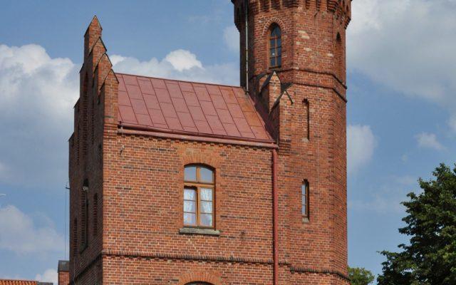 Ustka. Latarnia morska, ośmiokątna wieża z budynkiem latarników