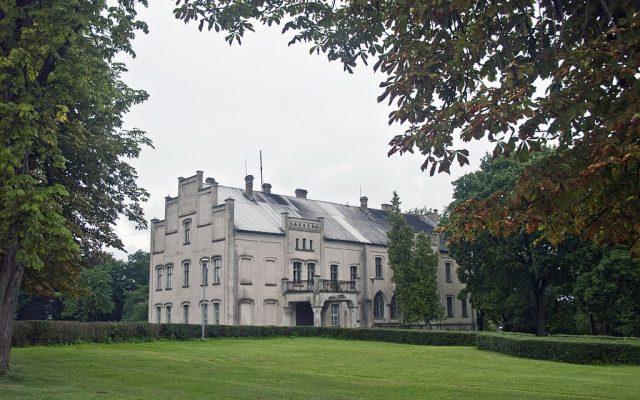 Główczyce. Pałac Puttkamerów, historia rodu zawarta w herbach