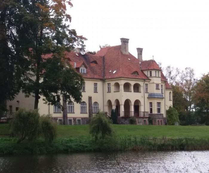 Sławutówko, Pałac Below. Tragiczna śmierć zaklęta w przepięknych murach