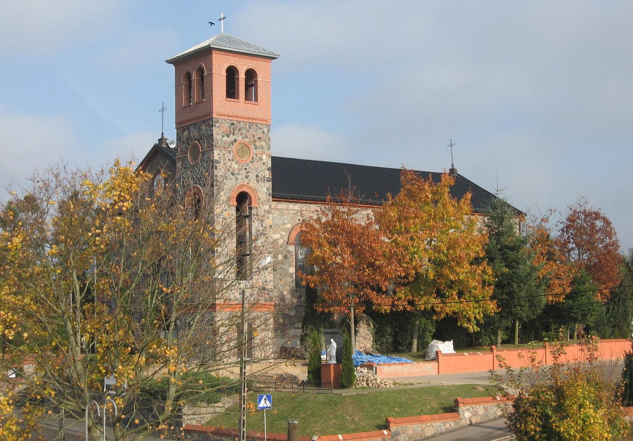 Rozłazino. Kościół z witrażami z okresu międzywojennego