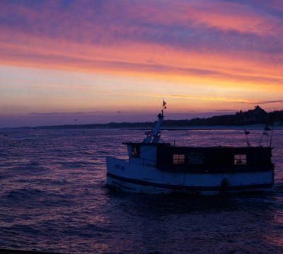 Łeba, kuter wypływający o wschodzie słońca. Fot. Patrycja Momot/Magazyn Kaszuby