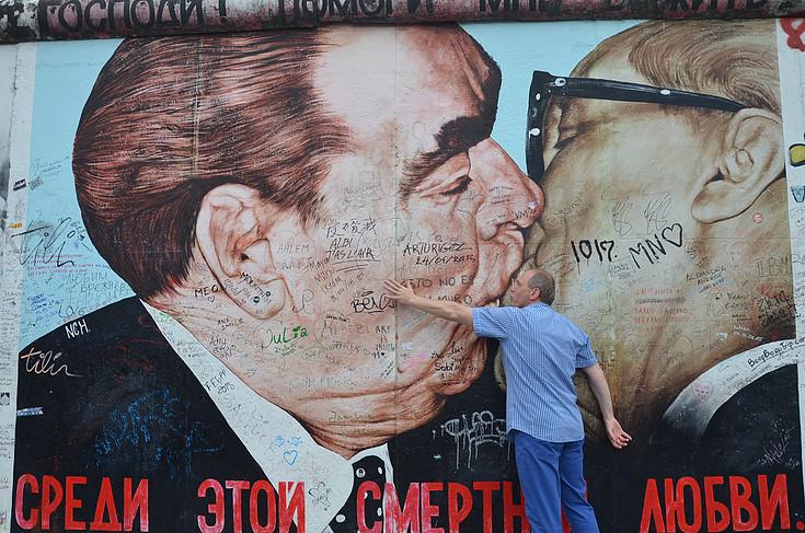"""Prof. Cezary Obracht-Prondzyński przy pozostałościach Muru Berlińskiego. """"Zkolegą żarty sobie robiliśmy"""" - mówi. Źródło: www.cezaryop.com"""