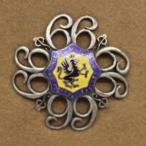 Odznaka 66 Pułku Piechoty. By Anwit - Praca własna. Odznaka pochodzi z kolekcji Instytutu Polskiego i Muzeum im. gen. Sikorskiego w Londynie. Źródło: commons.wikimedia.org