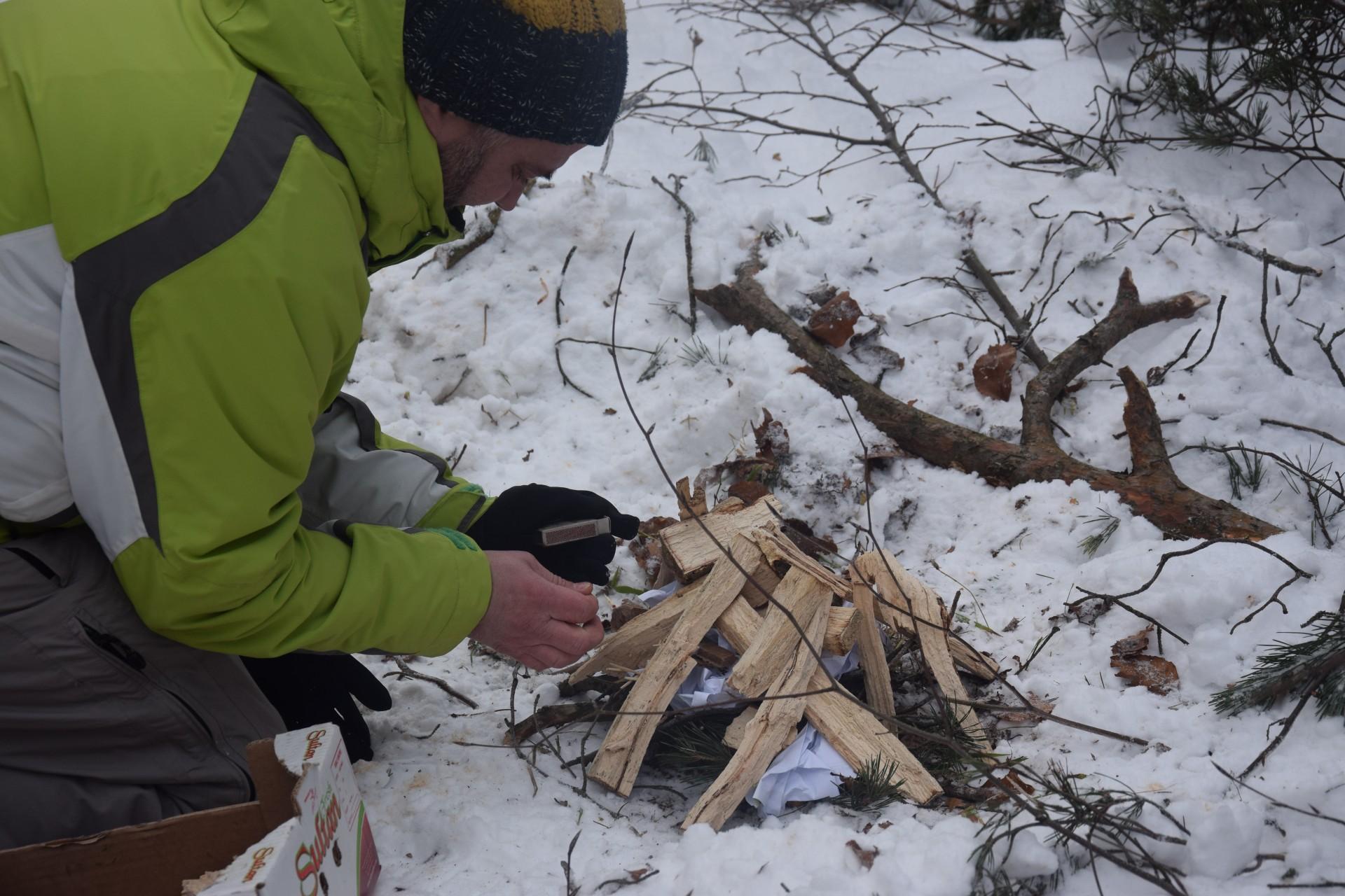 Skąd w zasypanym śniegiem lesie znaleźć suche drewno? Fot. Tomasz Słomczyński/Magazyn Kaszuby