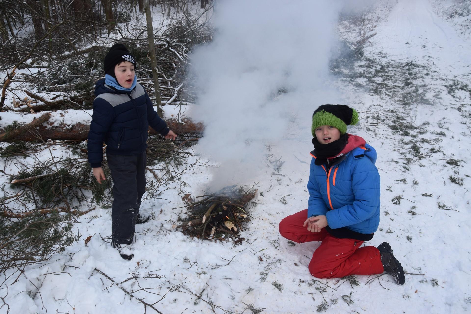 Gałązki mokre, więcej dymu niż ognia, czy uda się usmazyć kiełbaski? Fot. Tomasz Słomczyński/Magazyn Kaszuby