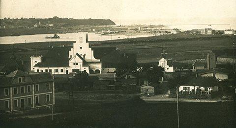 Dworzec stanął w polu. Miasto dopiero miało się narodzić. Warto zwrócić uwagę na budynek, który stoi w lewym dolnym rogu fotografii.