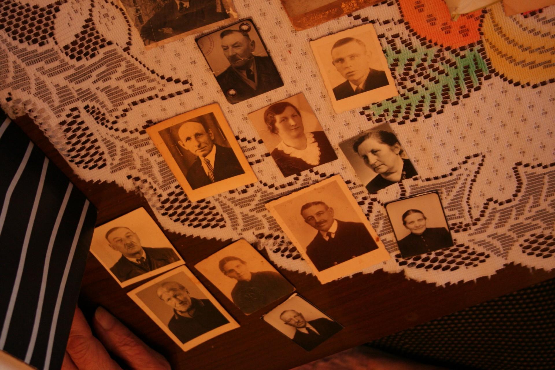 Babcia Rozalia próbuje odtworzyć rodzinne drzewo genealogiczne... Fot. Karola Kułaga