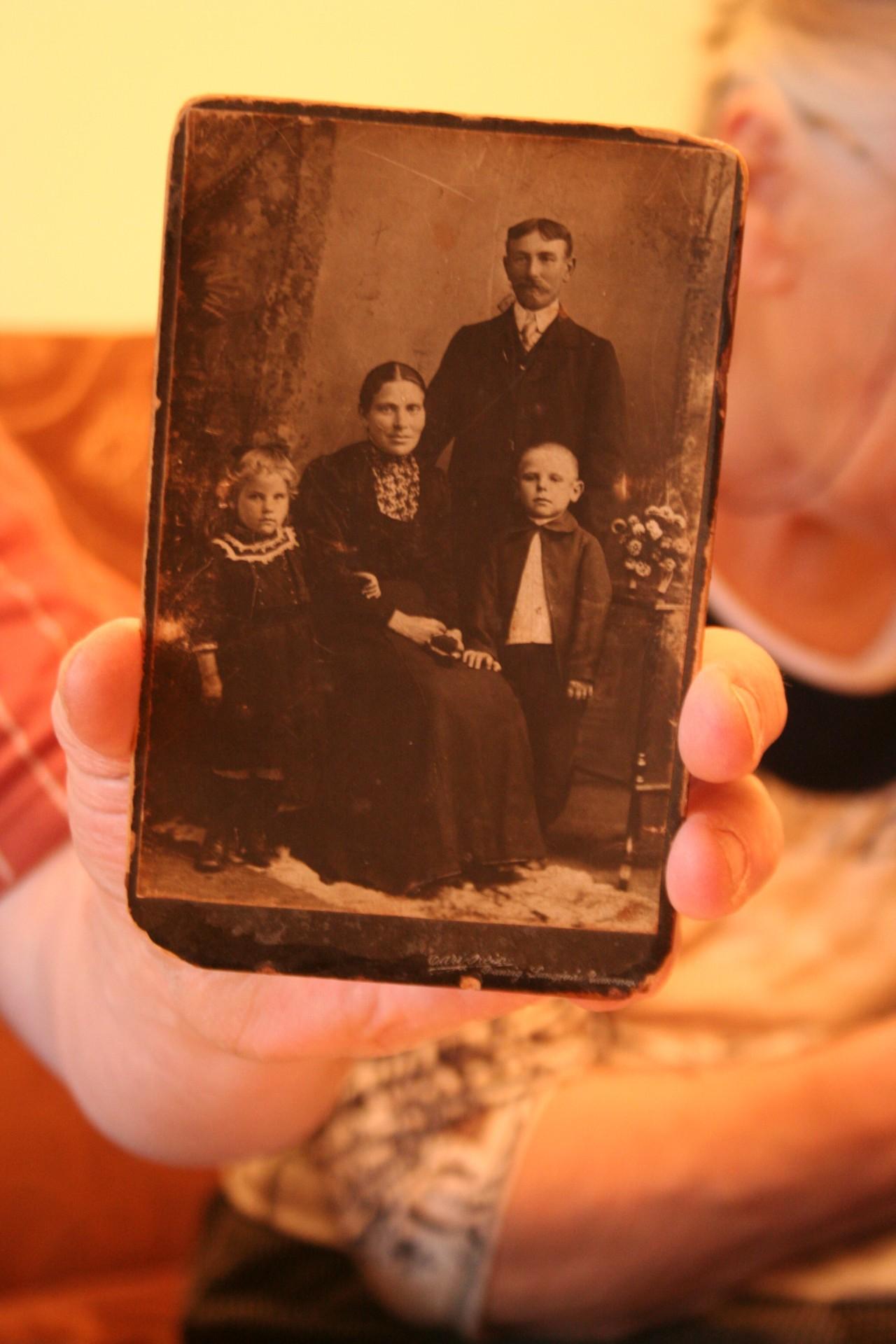 Zdjęcie rodzinne Dziadka Feliksa i Babci Marysi (rodziców babci Róży). Fot. Karola Kułaga.