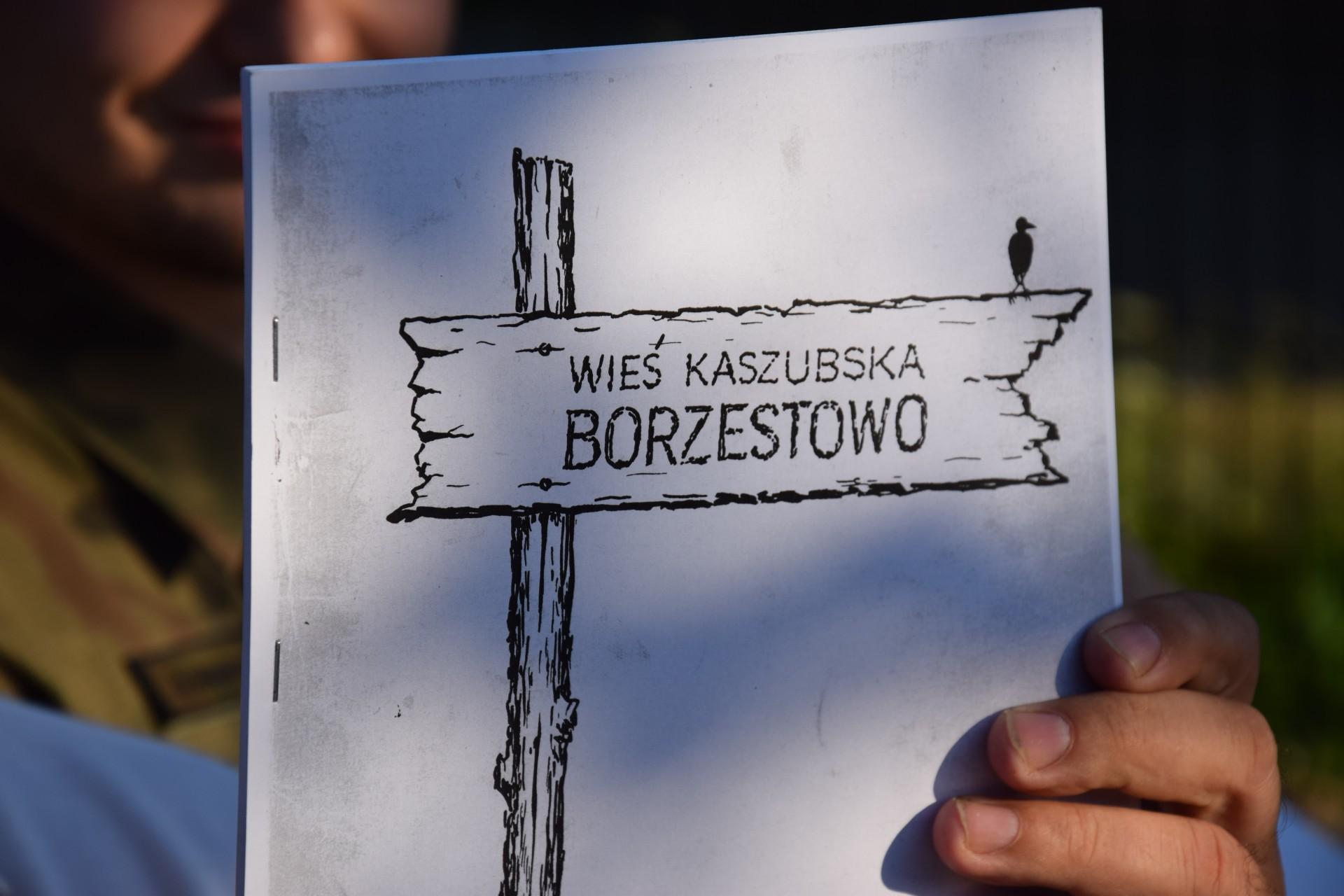 Wehikuł Czasu - mieszkańcy Kartuz zakopują przedmuioty dla przyszłych pokoleń. Kartuzy, 9 czerwca 2017. Fot. Tomasz Słomczyński/Magazyn Kaszuby