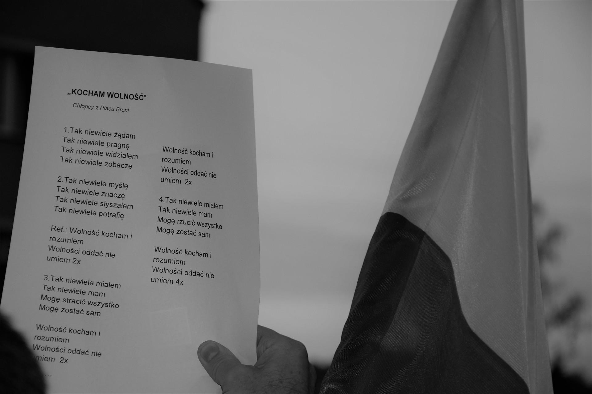 Zwrócony ku przejeżdżającym samochodom. Chodzi o to, żeby pokazać ludziom, że protest trwa nadal. Protest w obronie sądów. Fot. Tomasz Słomczyński/Magazyn Kaszuby