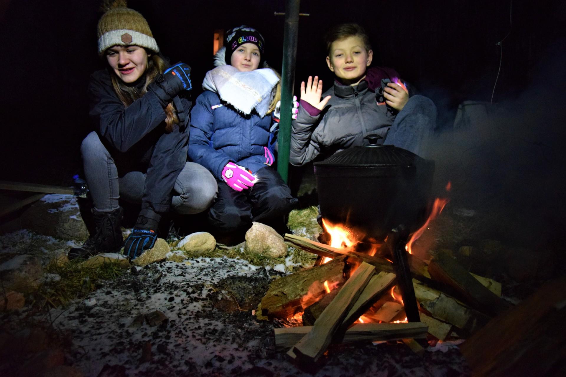 Rodzinna kolacja przy ognisku. Fot. Tomasz Słomczyński/Magazyn Kaszuby