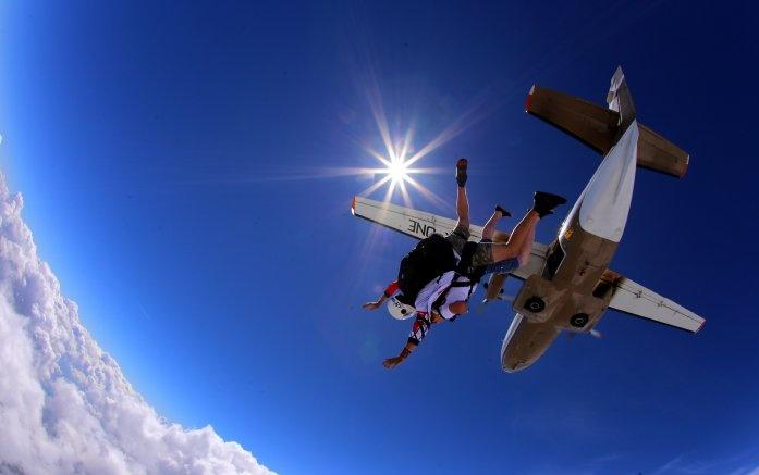 Skoki spadochronowe w tandemie – spełnij marzenia bez ryzyka!