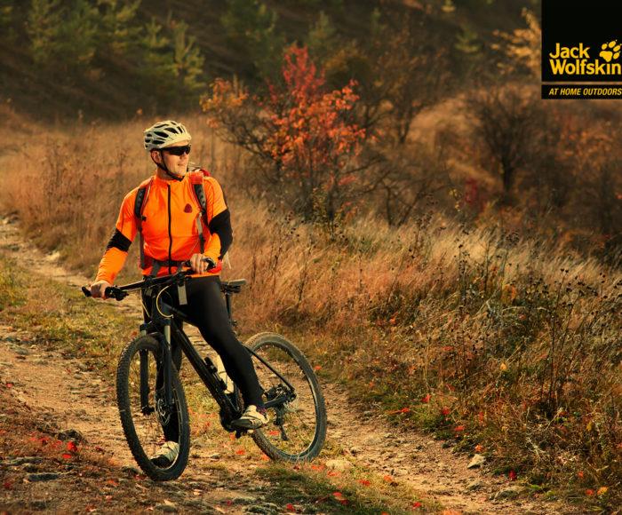 Jak prawidłowo ubrać się na rower jesienią i zimą? Kurtka oddychająca i odzież termiczna to podstawa