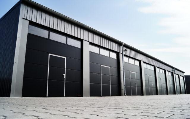 Brama garażowa z drzwiami czy bez?