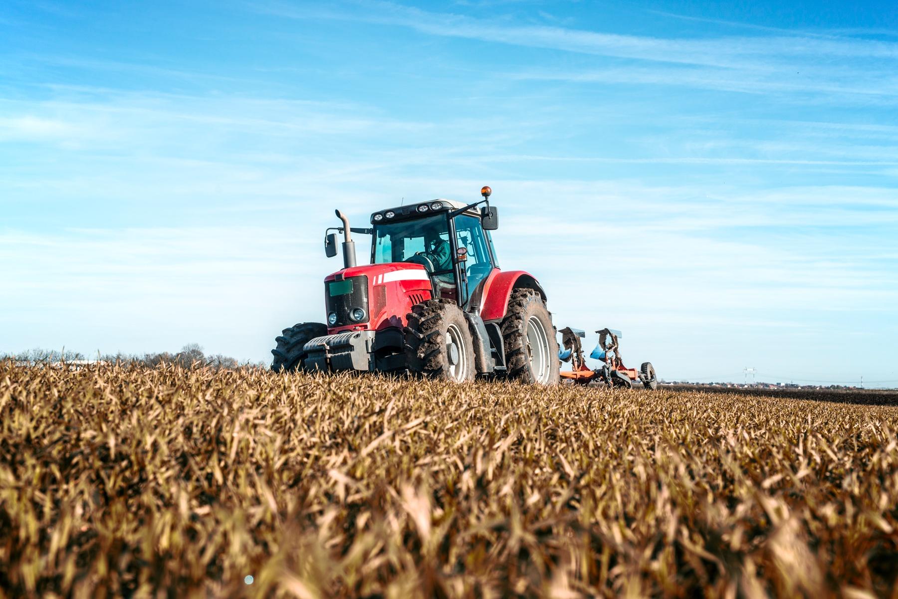 Transport maszyn – jak wybrać odpowiednią firmę zajmującą się przewozem maszyn rolniczych i budowlanych?